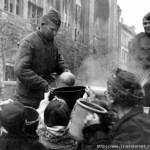 Как наши солдаты кормили немцев